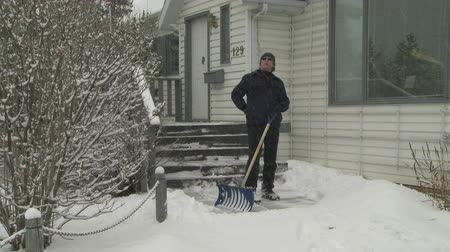 hóvihar : Man suffers back pain while shoveling the snow Stock mozgókép