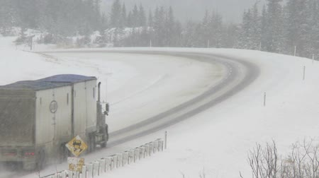 трейлер : Trucks on winter highway