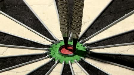 цель : Three darts hit the bulls eye