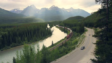 kanada : Train and highway traffic