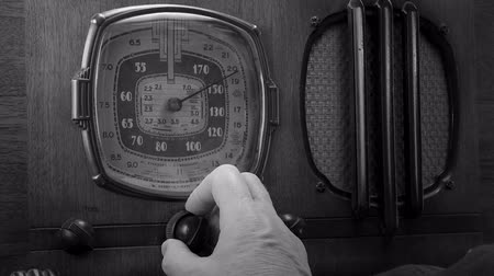 радио : Vintage radio tuned by male hand