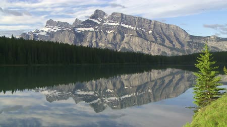reflexão : Mountain reflection in lake, Banff, Canada