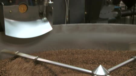Tilt down from commercial size roaster to cooling bin Vídeos