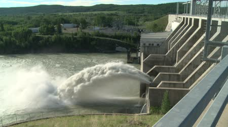 baraj : Spillway of the Ghost Hydroelectric Dam on the Bow River, Alberta Canada.
