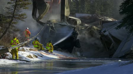 Emergency crew cleaning up a train derailment Vídeos