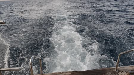 arka görünüm : View of the wake behind a moving motor yacht Stok Video