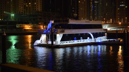 Объединенные Арабские Эмираты : The night illumination of Dubai Marina and luxury yacht, UAE