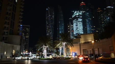 cayan tower : DUBAI, UAE - NOVEMBER 19: The night illumination of Dubai Marina and Cayan Tower and taxi cars on November 19, 2017 in Dubai, UAE. It is an artificial canal city, built along a two mile (3 km) stretch of Persian Gulf shoreline.
