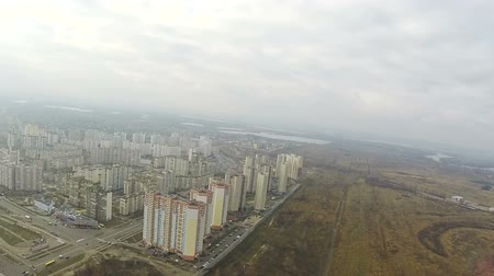arrabaldes : Fly like bird with turns over autumn suburb of city Kiev, Ukraine. Aerial Vídeos