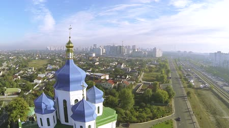 yaldız : Orthodox Christian church with blue domes in Kiev, capital of Ukraine. Aerial Stok Video