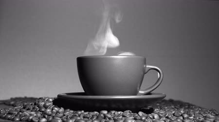 kahve molası : Hot cup of coffee with grains and steam Black and white. 4K shot