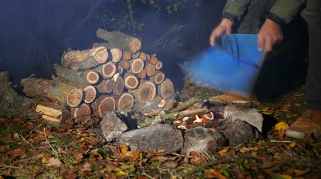kamp : Autumn Cozy evening with tourist inflates bonfire