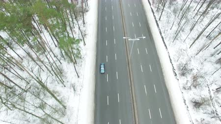 aeroespaço : 4K Aerial. Winter Highway with cars in wood. Top view Vídeos