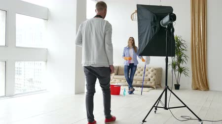 posando : Backstage of shooting process woman model like housewife. Photographer and model Stock Footage
