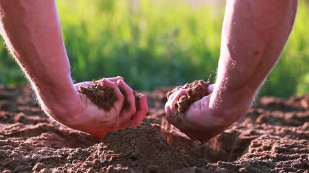 amarrotar : Hand of man farmer rumple arable land, dirt. Close up. Protect nature