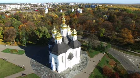 aeroespaço : 4K Aerial. Fly over the Christian orthodox church, autumn city.Domes