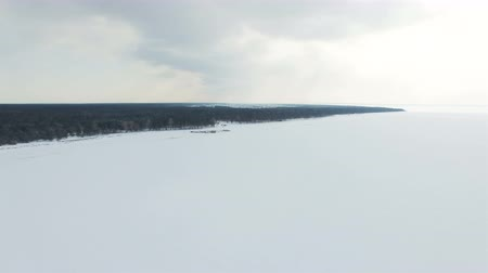 altura : 4K Aerial. Winter landscape with frozen sea