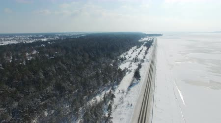 altura : 4K Aerial. Winter landscape with snow kayt. Top view