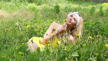 temporadas : Beautiful girl resting on the nature of chamomile field.