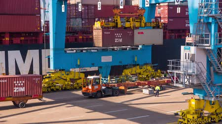 carregamento : View of activity at a busy Israel Haifa Trading Cargo Container Port ,  Cargo containers loading and unloading from cargo ship by crane in port  terminal