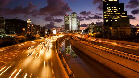 atividades : 4K Traffic Time Lapse - Ayalon Freeway  Tel Aviv At Sunset,  From Day To Night Tilt Down