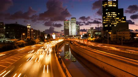 atividades : 4K Traffic Time Lapse - Ayalon Freeway  Tel Aviv At Sunset,  From Day To Night Tilt Up Stock Footage