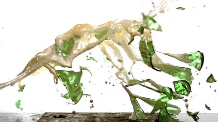 explodir : Bottle of Beer falling, Breaking and Splashing on Steel Plate against White Background, Slow motion