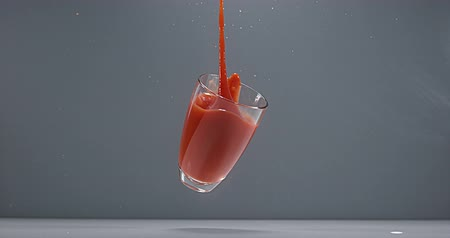 diety : Glass of Tomatoes Juice falling, Slow Motion 4K Dostupné videozáznamy