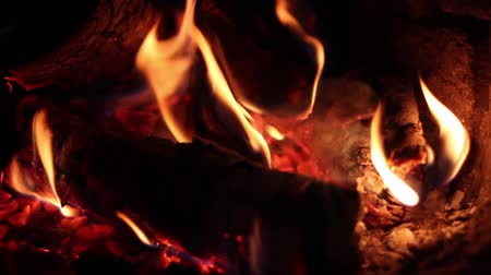çatırtı : Close up of flames in the fireplace.