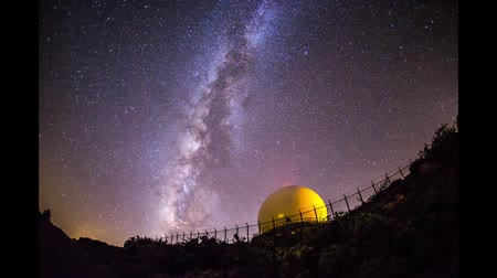 čas : Time lapse of milky way drifting across the night sky. Radar dome in the foreground.