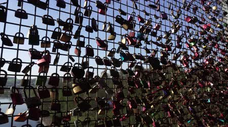 bağlılık : Concept of happy couple, love friendship forever, Background. Many closed metal padlocks with heart hanging on bridge fence of Mohnetalsperre Dam, Mohnesee Lake Water Reservoir, Germany