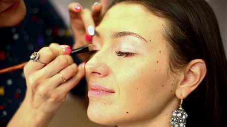 corar : Make-up artist working in studio. Stock Footage