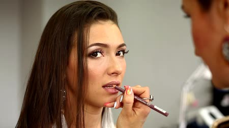 corar : Make-up model and make-up artist working in studio.