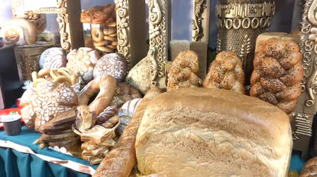 bécsi kifli : Different kinds of fresh bread on a table. Assortment of bread. Stock mozgókép