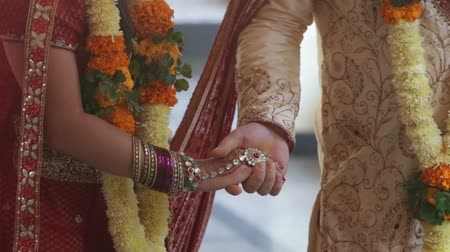 hint : wedding indian ceremony walking around Stok Video