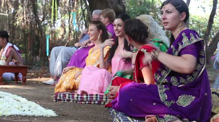 кокос : editorial European women worshipers sit on Indian culture Indian ceremony