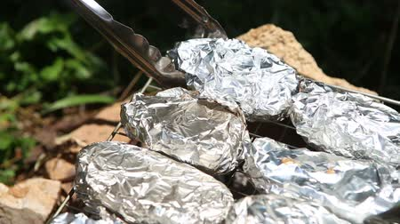 alumínium : baked potatoes on the grill in foil at the stake as a European nation-dish
