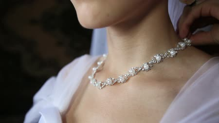 biżuteria : bride fastens around the neck a necklace of pearls in a silver frame Wideo