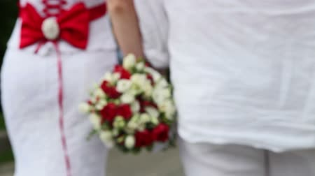 evli : the bride and groom go hand in hand with a wedding bouquet