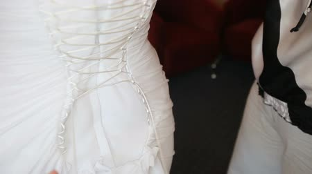 cerimônia : tightened bride corset on white wedding elegant dress Vídeos