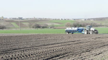 arado : SMELA, CHERKASSKAYAUKRAINE - APRIL 10 2013: tractor leaving the field with a drill on April 10 in Smela