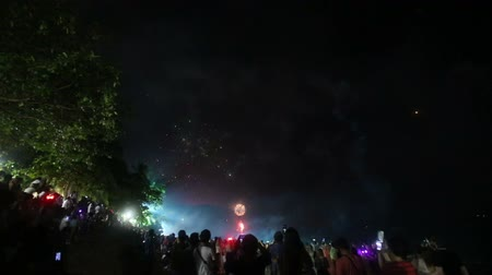 ano novo chinês : KRABI, KRABITHAILAND - JANUARY 01 2015: Fireworks over the sea and crowd of people on January 1 in Krabi