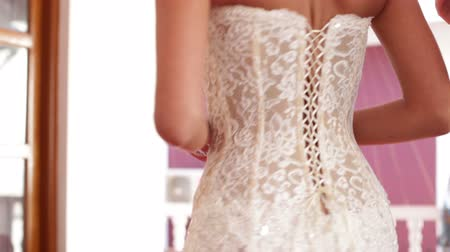 nevěsta : Bride turn in wedding dress with lace among  bridesmaids Dostupné videozáznamy