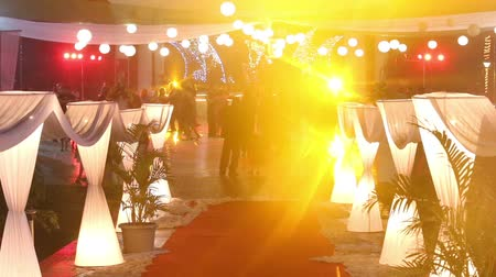 dança : PORVORIM, GOAINDIA - FEBRUARY 01 2014: indian people dance at the catholic wedding party pavilion under colour music and searchlights  on February 1 in Porvorim