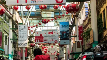 ceilão : KUALA LUMPUR  VIETNAM - MARCH 24, 2016: Panorama from glass ceiling with red lanterns to trade street with small outdoor shops in China Town district in KL on March 24 in Stock Footage
