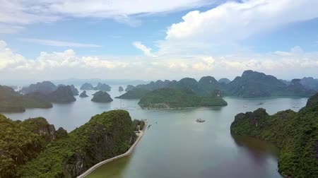 montanhoso : high aerial view tranquil Ha Long ocean bay with large and small green hilly Vídeos