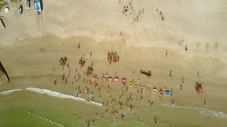 separado : Aerial view ocean washes beach with children Stock Footage