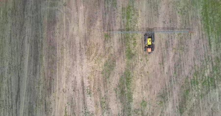 recentemente : flight above agricultural vehicle on harvested field