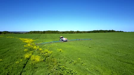 соя : tractor sprinkles soybean field with chemicals makes traces Стоковые видеозаписи
