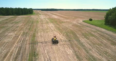 recentemente : flycam follows fertilizer spreader driving along harvested field Vídeos